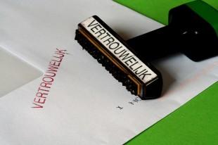 Op deze envelop rust geheimhouding. Er staat 'vertrouwelijk' op gestempeld met rode letters.