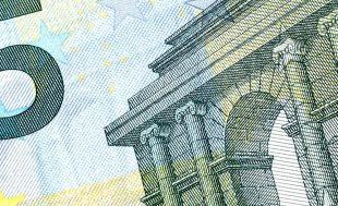 Afbeelding bij onderzoek Zicht op de financiële positie Weesp. Een vijf euro biljet.