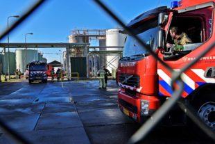 Een terrein waarop twee brandweerauto's staan