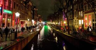 Nachtfoto van een gracht in het wallengebied in Amsterdam
