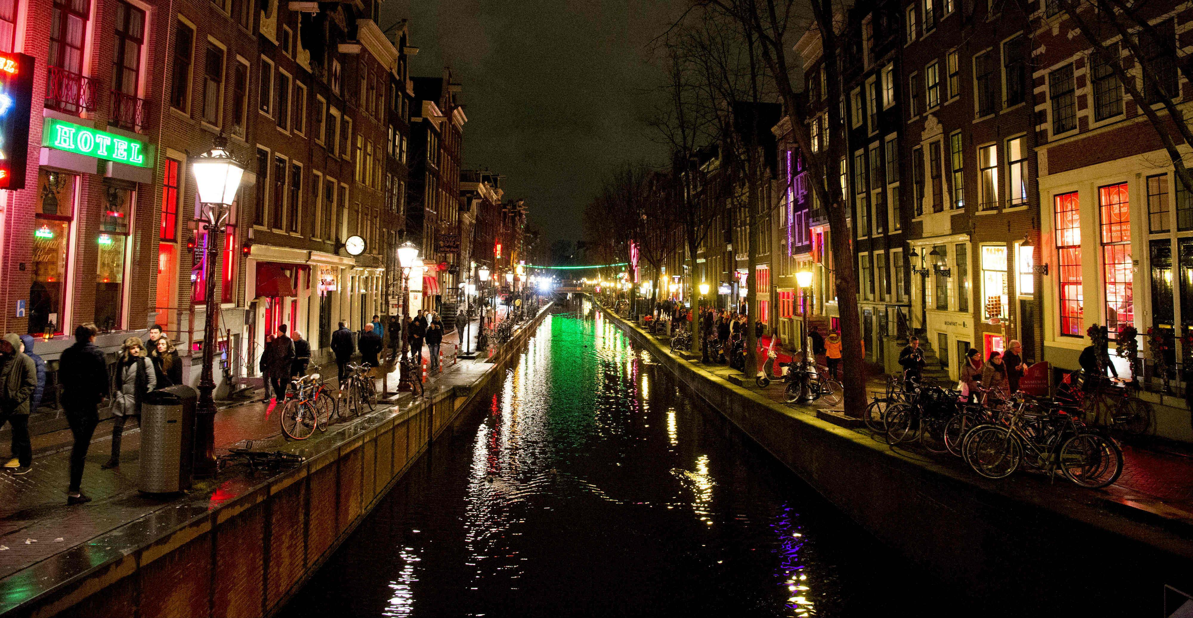 Afbeelding bij onderzoek Project 1012. Nachtfoto van een gracht in het wallengebied in Amsterdam