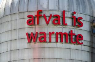 Een van de torens van de warmtecentrale in Amsterdam waarop 'Afval is warmte' staat