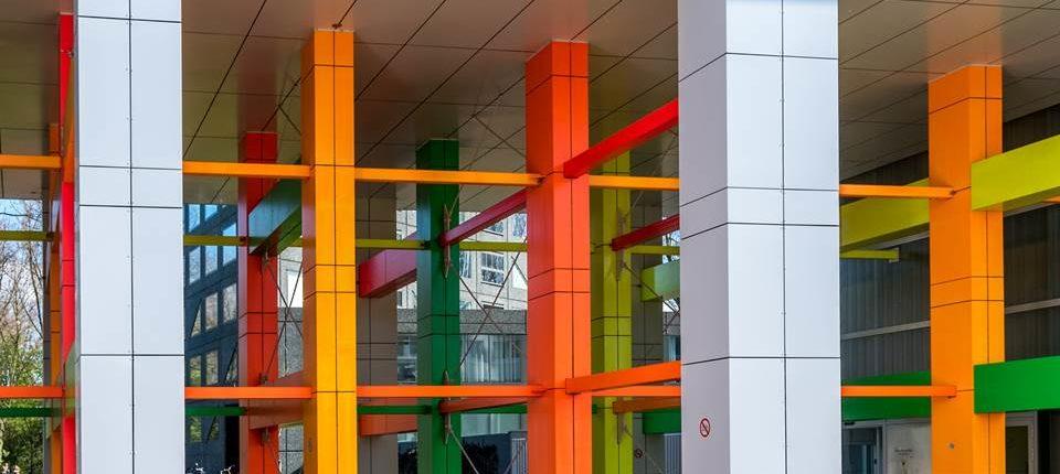 Foto bij ambulante ondersteuning en dagbesteding. De ingang van een gebouw met gekleurde buizen