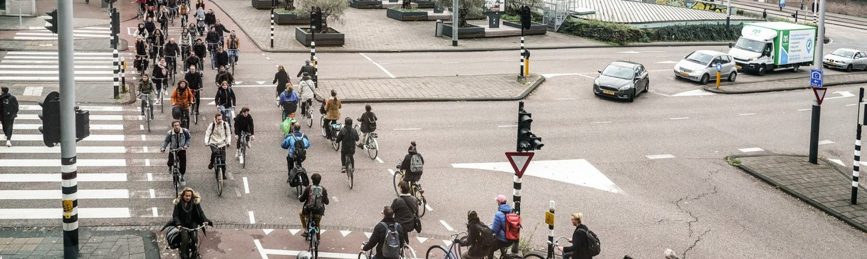 Een van de drukste kruispunten in Amsterdam is vlakbij het Waterlooplein