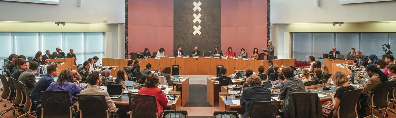 Raadsinstrumenten worden besproken tijdens een raadsvergadering in Amsterdam